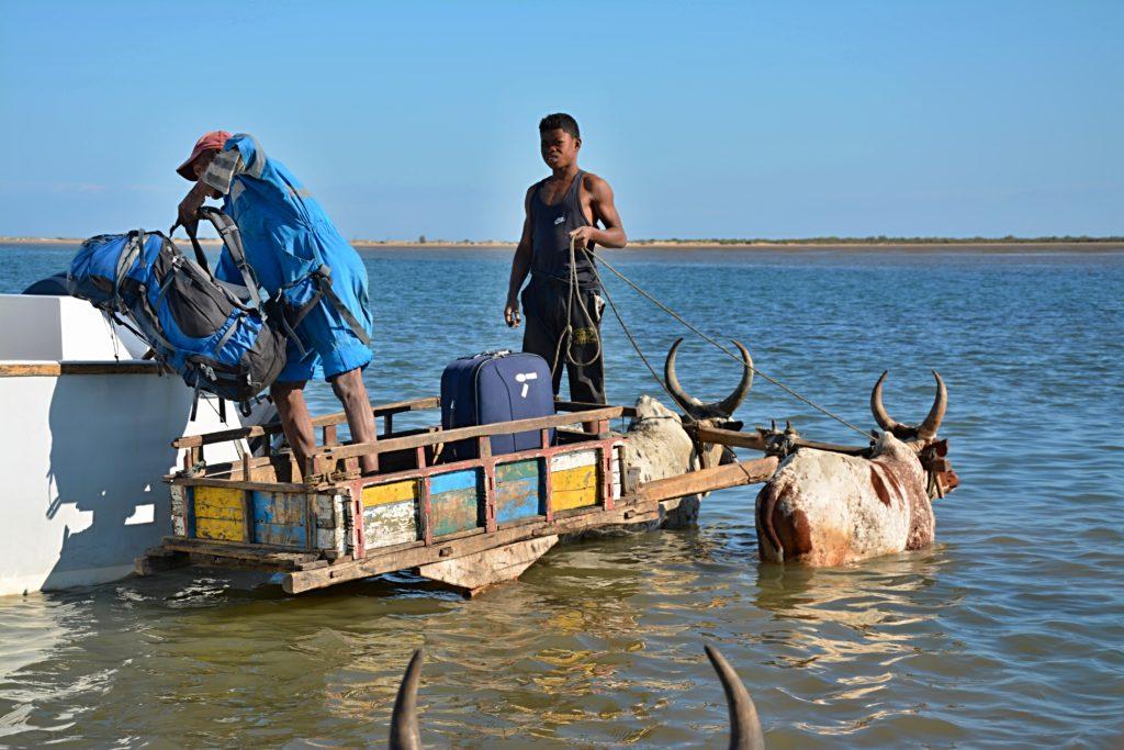 Nakládání batohů na loď Anakao Transfer