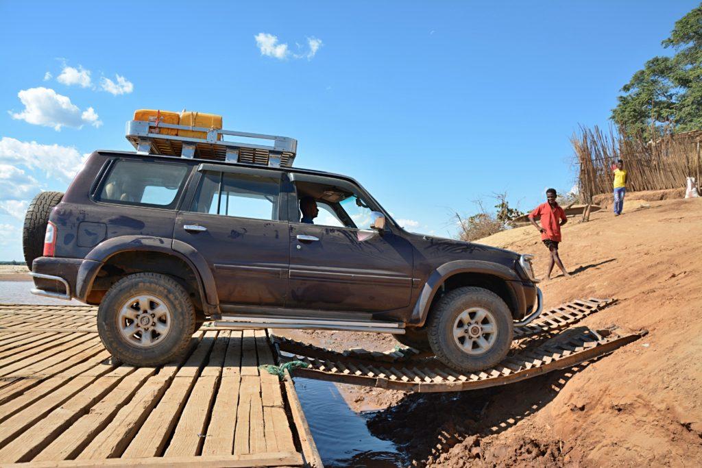 Naše zaprášené auto u přívozu přes řeku Tsiribihina