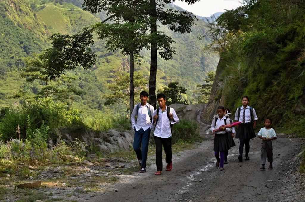 Děti chodí do školy pěšky několik kilometrů z okolních vesnic