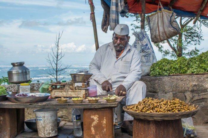prodejce buráků, ovoce a čaje cestou na Sinhgad Fort