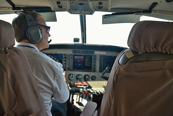 Pilot a letuška v jednom :) Sedíme hned za ním.